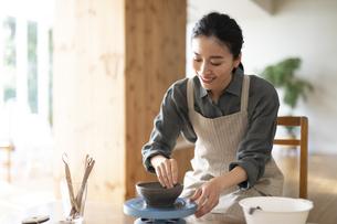 陶芸をする女性の写真素材 [FYI04088400]