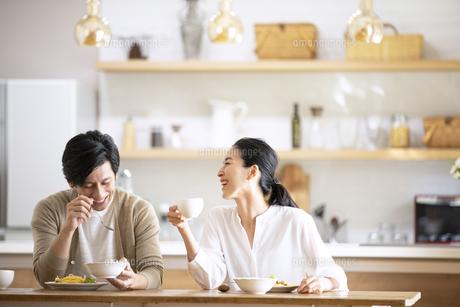 食事中に会話をする夫婦の写真素材 [FYI04088406]