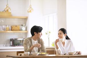 食事中に会話をする夫婦の写真素材 [FYI04088407]