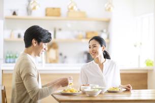 食事中に会話をする夫婦の写真素材 [FYI04088408]