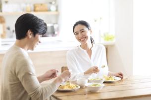 食事中に会話をする夫婦の写真素材 [FYI04088409]