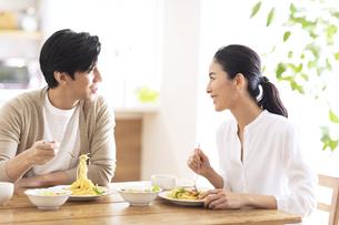食事中に会話をする夫婦の写真素材 [FYI04088410]