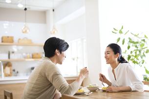 食事中に会話をする夫婦の写真素材 [FYI04088411]