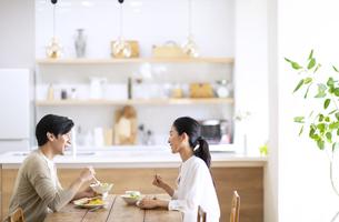 食事中に会話をする夫婦の写真素材 [FYI04088412]