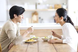 食事中に会話をする夫婦の写真素材 [FYI04088413]