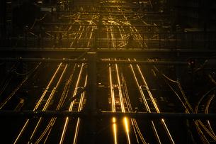 夕暮れの街並みと線路のイメージの写真素材 [FYI04088487]