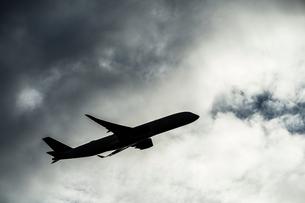 曇天の空と旅客機のシルエットの写真素材 [FYI04088502]