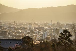 夕暮れの京都の街並みの写真素材 [FYI04088514]