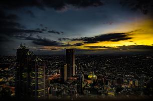 東京都庁の展望台から見える新宿の都市風景と夕景の写真素材 [FYI04088524]
