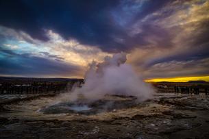 ゲイシール間欠泉と朝焼け(アイスランド)の写真素材 [FYI04088527]