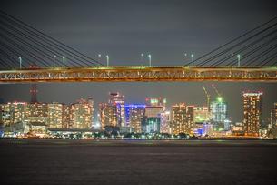 横浜ベイブリッジと横浜みなとみらいの夜景の写真素材 [FYI04088528]