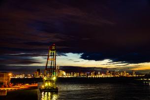 海上クレーンと横浜みなとみらいの街並みの写真素材 [FYI04088530]
