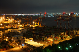 東京・お台場のコンテナターミナルの夜景の写真素材 [FYI04088536]