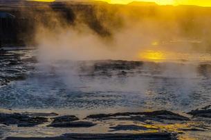 ゲイシール間欠泉と朝焼け(アイスランド)の写真素材 [FYI04088538]