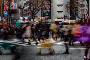 渋谷スクランブル交差点の雑踏の写真素材 [FYI04088540]