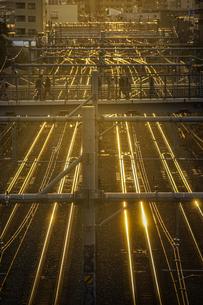 夕暮れの街並みと線路のイメージの写真素材 [FYI04088545]