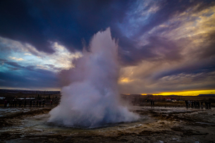 ゲイシール間欠泉と朝焼け(アイスランド)の写真素材 [FYI04088554]