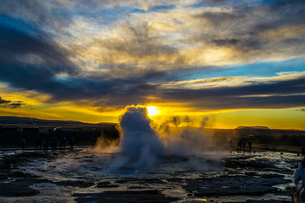 ゲイシール間欠泉と朝焼け(アイスランド)の写真素材 [FYI04088573]