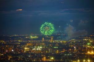 東京都庁展望台から見える調布花火大会の写真素材 [FYI04088578]