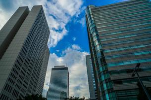 新宿の街並みと秋晴れの空の写真素材 [FYI04088595]