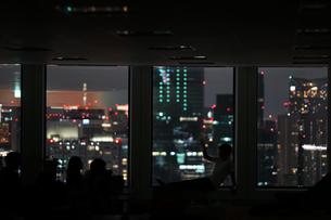 都会の夜景と人々のシルエットの写真素材 [FYI04088596]