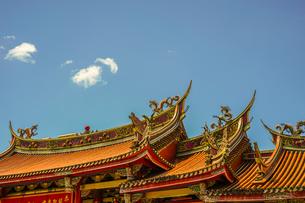 行天宮と青空(台湾・台北)の写真素材 [FYI04088604]
