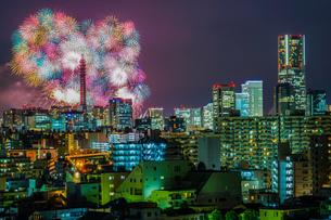 横浜の街並みと花火(みなとみらいスマートフェスティバル)の写真素材 [FYI04088610]