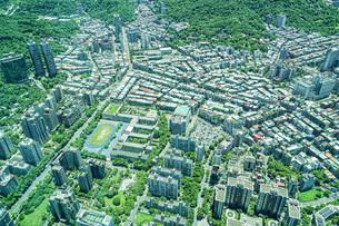 台北101から見える台北の街並みと青空の写真素材 [FYI04088611]