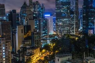 香港特別行政区の高層ビル群の夜景の写真素材 [FYI04088617]