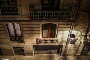 スペイン・バルセロナの街並み(夜景)の写真素材 [FYI04088673]