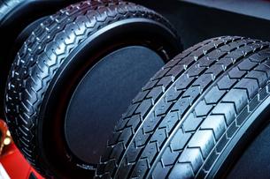 スタイリッシュな自動車のタイヤのイメージの写真素材 [FYI04088681]