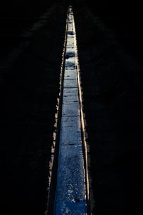 用水路と夕暮れの写真素材 [FYI04088690]