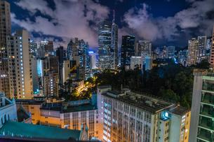 香港特別行政区の高層ビル群の夜景の写真素材 [FYI04088699]