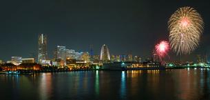 横浜・みなとみらいの花火イメージの写真素材 [FYI04088708]