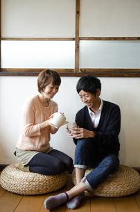 お茶を飲んでいる夫婦の写真素材 [FYI04088803]