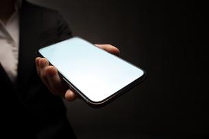 スマートフォンを持つビジネスマンの写真素材 [FYI04088826]