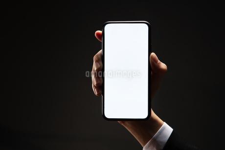 スマートフォンを持つビジネスマンの写真素材 [FYI04088828]