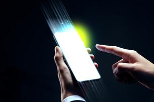 スマートフォンを操作するビジネスマンの写真素材 [FYI04088836]