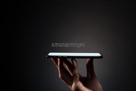 スマートフォンを持つ手の写真素材 [FYI04088846]