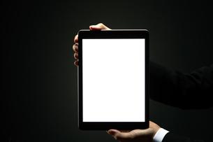 タブレットを持つビジネスマンの写真素材 [FYI04088852]