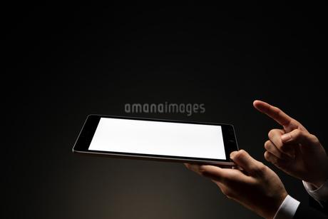 ダブレットを持つビジネスマンの写真素材 [FYI04088853]