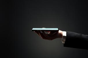 スマートフォンを持つ手の写真素材 [FYI04088861]