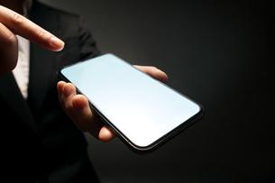 スマートフォンを持つ手の写真素材 [FYI04088862]