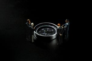 方位磁針とビジネスマンの写真素材 [FYI04088863]