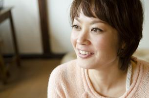 笑っている女性の写真素材 [FYI04088864]