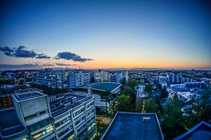 夕焼けに包まれる調布市の街並みの写真素材 [FYI04088879]
