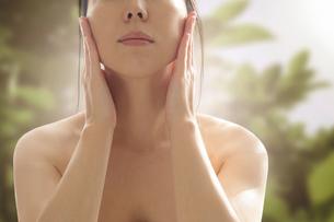 スキンケア 女性 ビューティーイメージ グリーンの写真素材 [FYI04088891]