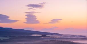 北海道 自然 風景 パノラマ 朝焼けと雲海の写真素材 [FYI04088903]