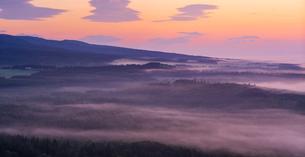 北海道 自然 風景 パノラマ 朝焼けと雲海の写真素材 [FYI04088904]