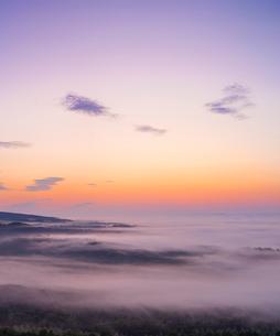 北海道 自然 風景 朝焼けと雲海の写真素材 [FYI04088910]